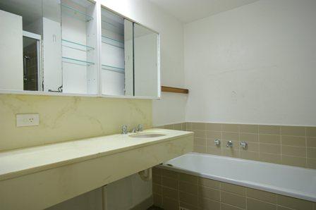 Yeo St, Mosman - Bathroom Before 1.jpg